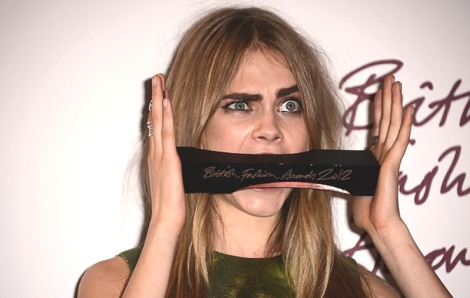 Cara Delevingne com o prémio de Modelo do Ano nos British Fashion Awards 2012